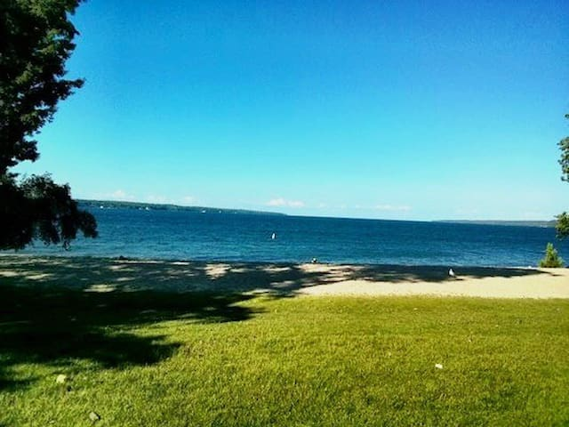 Within walking distance to Beach! - Barrie - Leilighet