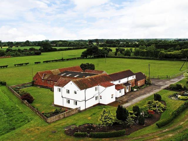 Deighton Lodge - Country Farmhouse - Sleeps 19 - York - Hus