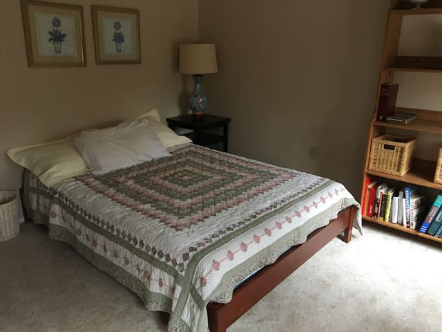 One bedroom close to Annapolis.  Full bath. - Riva