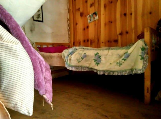 土木结构藏房,木质地板木质床,温馨舒适,主人广交朋友. - 云南省 - Bed & Breakfast