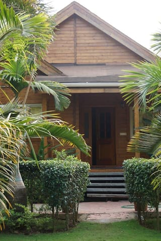 Wooden House in Goa with Swimming Pool - Morjim - Domek parterowy