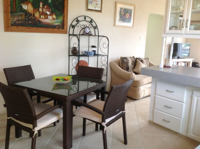 2 Bed Upstairs Luxury Apt Nr Beach - Saint Peter - Daire