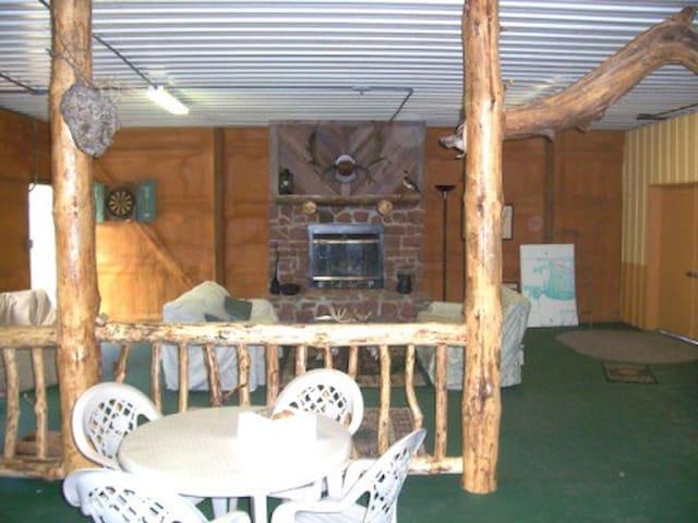 Hunting Lodge Just off Interstate - Vandalia