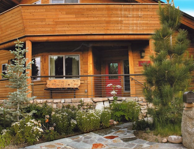 Modern Mountain Cedar Home & Views - Bishop - Huis