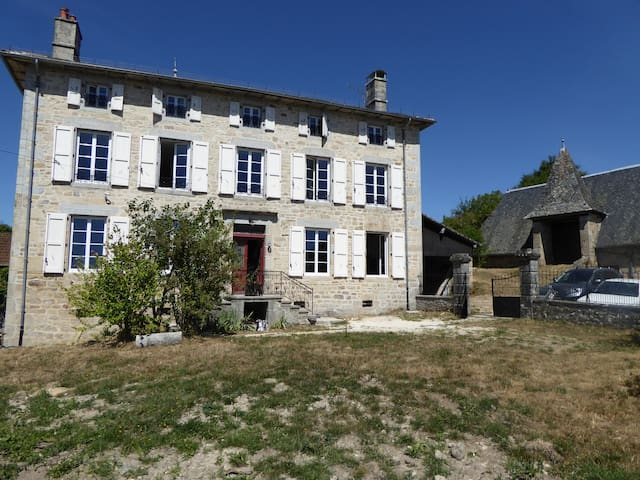 Mansion in the heartland of Cantal - Auvergne - Glénat - Hus