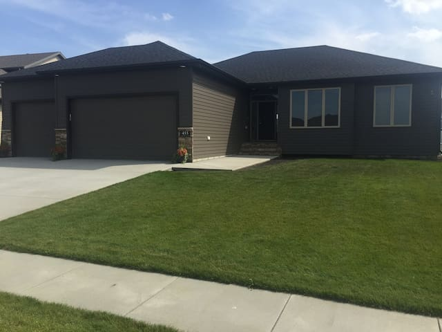 Entire Brand New Home, 3 Beds, 3 baths, Garage - West Fargo - Huis