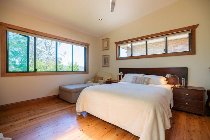 Large Private Room and Bathroom with Water Views - Kincumber South - Bed & Breakfast