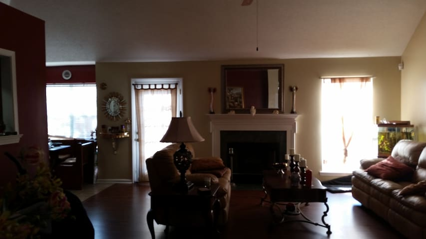 Safety, nice neighborhood, relaxed, w/private bath - Savannah - Huis