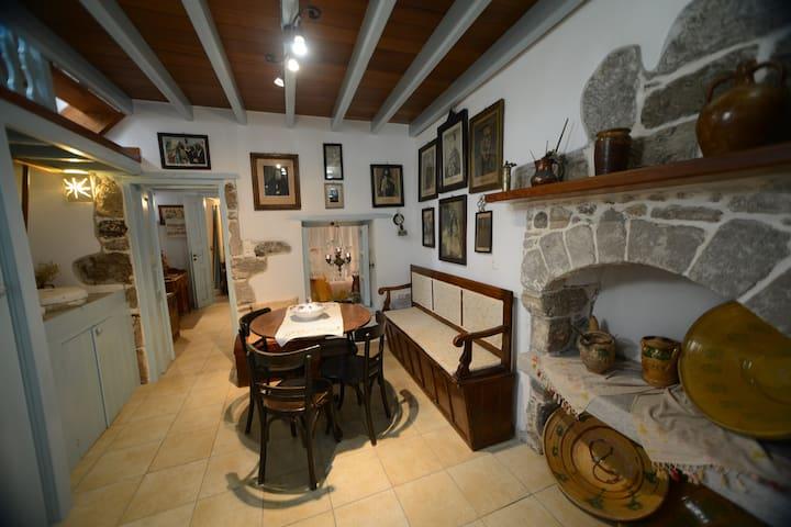 Old traditional house - Mandraki - Huis