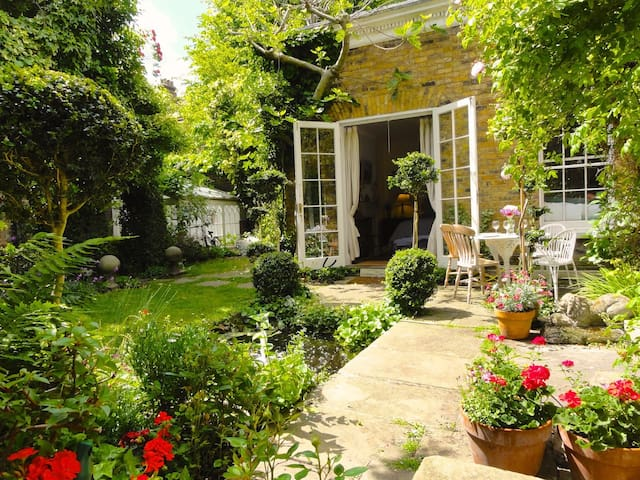 Most Luxurious and Peaceful Sunny Garden Apartment - London