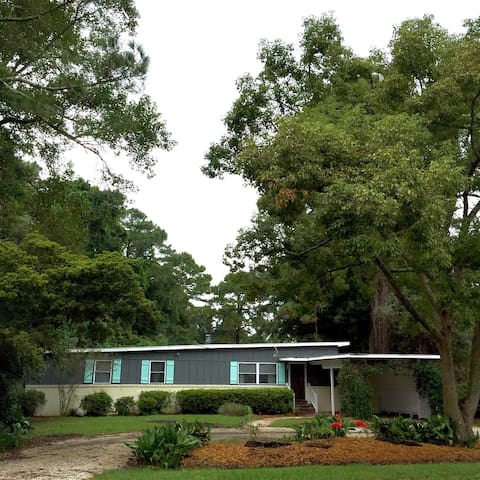 Bartow Bungalow, by it all - Saint Simons Island - Huis