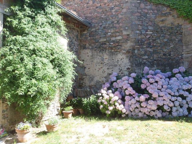 la maison des Desroches - La Chapelle-de-Guinchay - Дом
