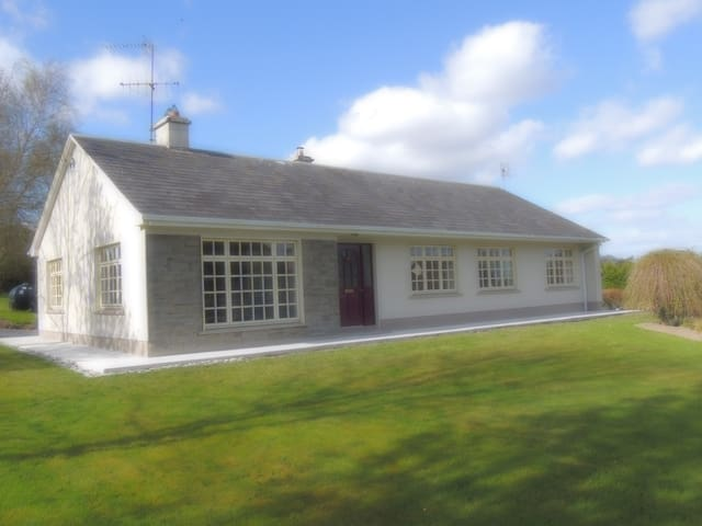 Sunlight Bellfield Country Bungalow - Mountshannon - Bungalow