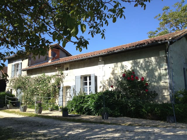 Charming Farmhouse near Aubeterre - Laprade - Huis