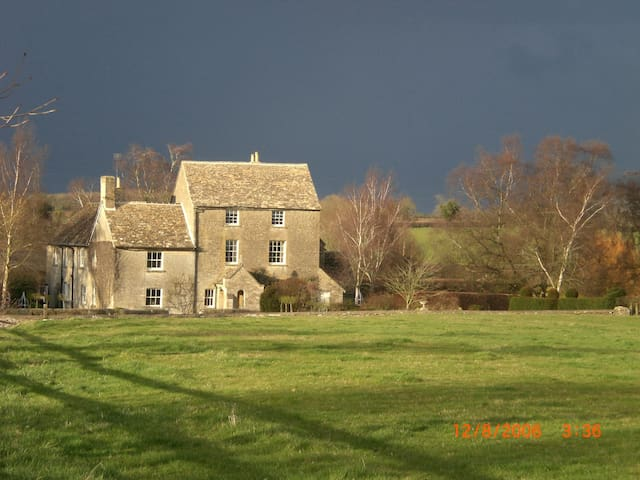 Farmhouse B&B on Wilts/Glos border - Crudwell - Bed & Breakfast