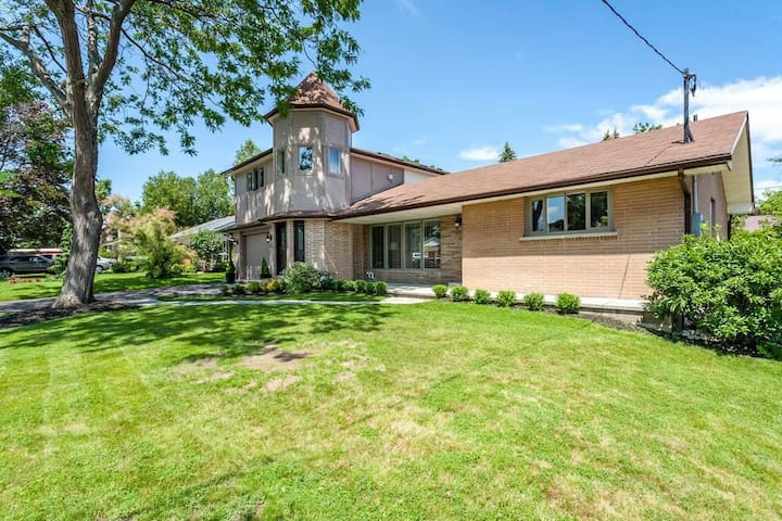 Private bungalow-Spacious livingroom/2 bedrooms - Oshawa - Appartement