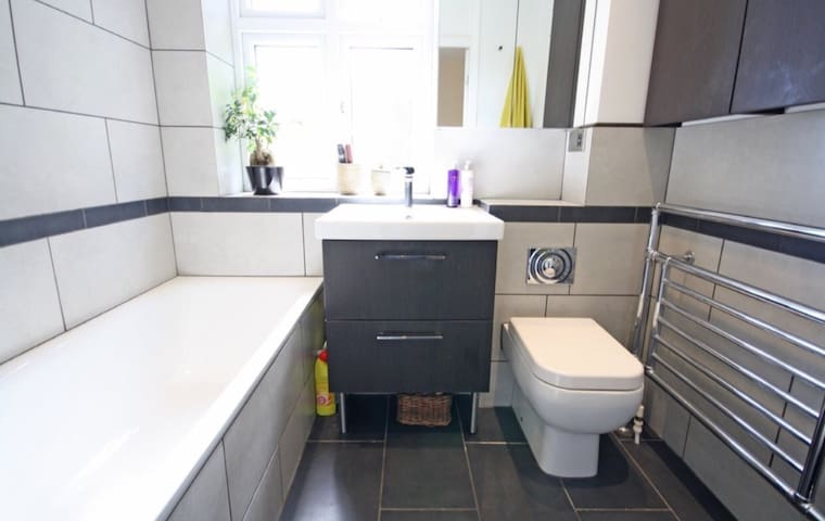 Lovely family home suitable for stay near London - Loughton - Talo