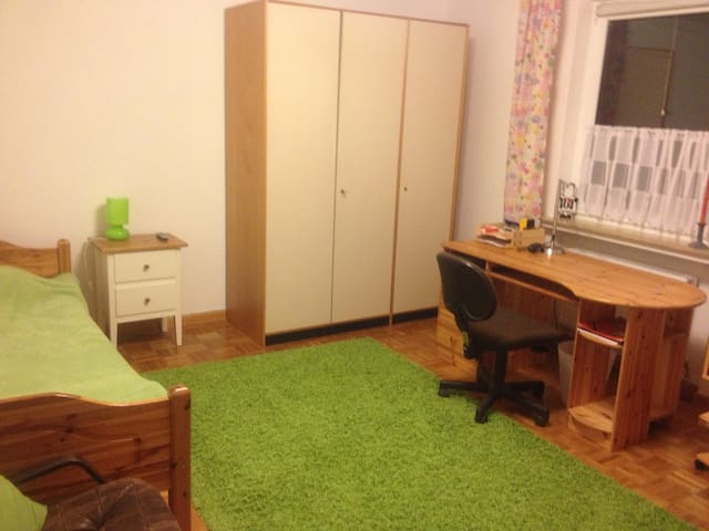 Großes Zimmer in Haus mit Garten - Bremen - Huis