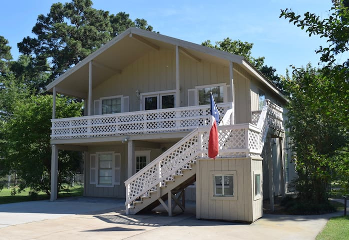 2 Story Lakehouse with Waterviews - Livingston - Huis