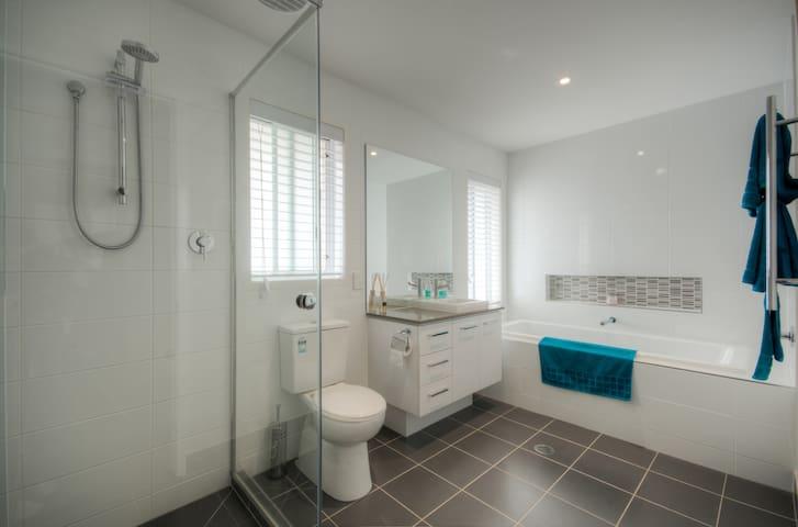 Noosa New Home - Private Retreat - Noosaville - Casa