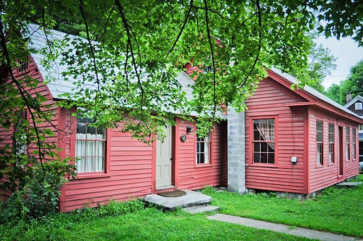 1850's VT Farmhouse on the River - Jamaica - Huis
