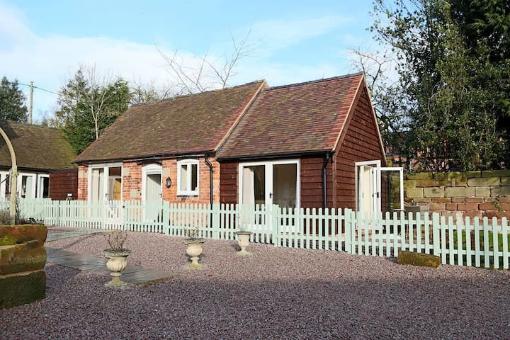 Oxlip Barn Sleeps 3  original barn features with open plan living - Nr Shrewsbury - Hus
