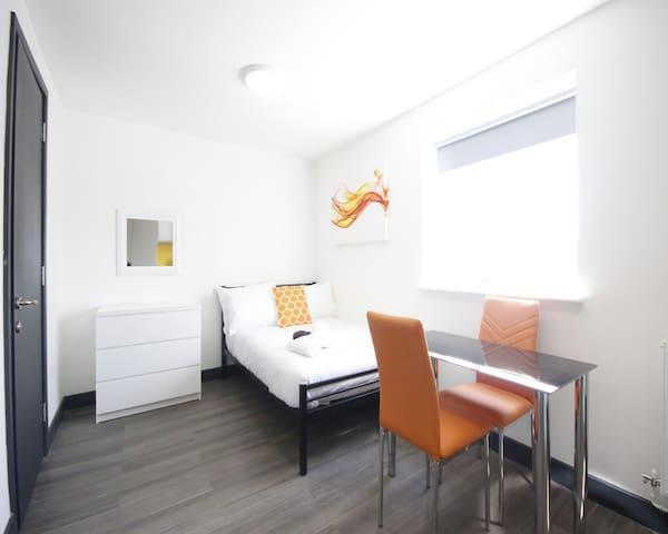 Studio Room with Kitchenette & En-suite Bathroom - Luton - Byt