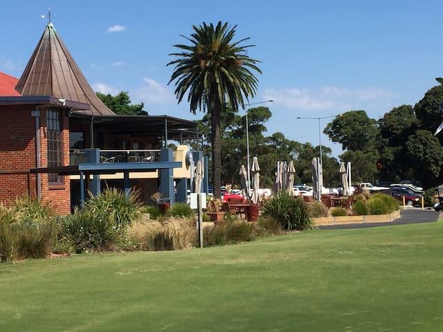 Private room adjacent to picturesque golf course. - Bonbeach - Casa