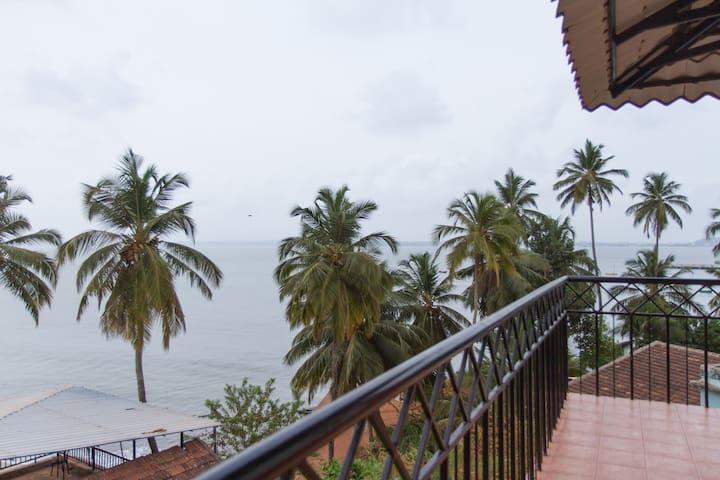 Villa Tidina- R103 with Sea- View - Dona Paula - Bed & Breakfast