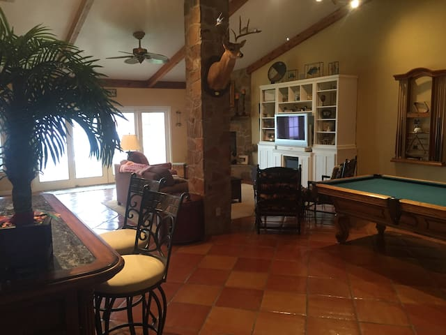 Beautiful Lakefront Home Nestled Upon 5 Acre Tract - Lake City - Дом