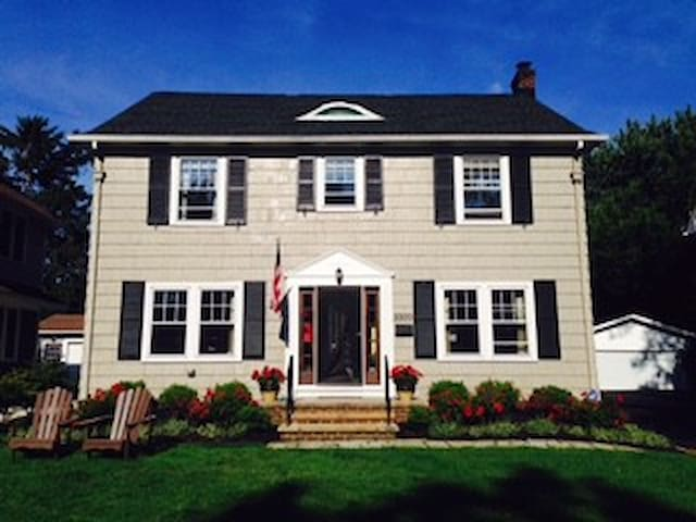 Lovely Cleveland Colonial, Convenient to RNC - Shaker Heights - Ev