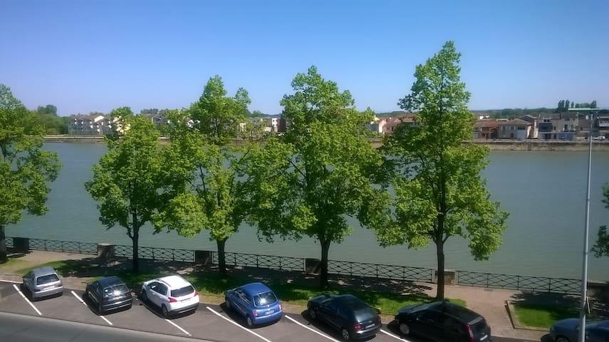 Vue sur Saône 1 mn  du centre 140m2 de 1 a 9 pers - Mâcon - Lägenhet