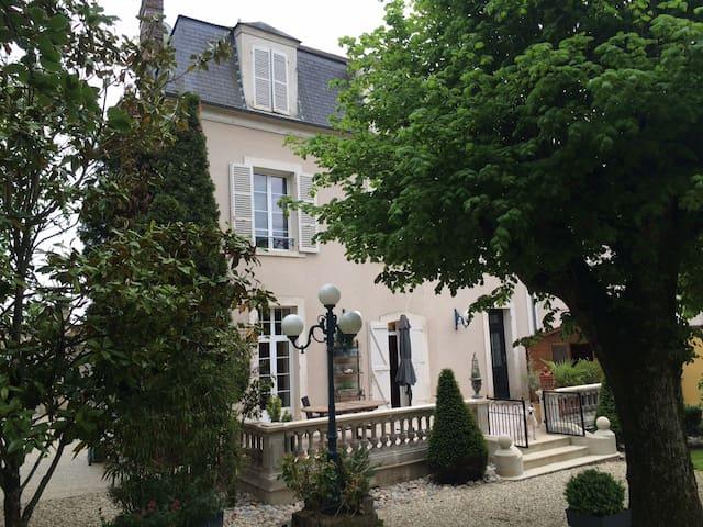 LA CHAMBRE ROUGE / 2 chambres  avec 2 SDB - Saint-Florentin - Hus