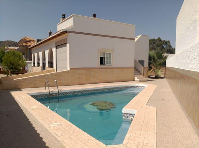 Villa with Pool & Wifi 450m easy walk to Beach - Vista de los Ángeles-Rumina - 別荘