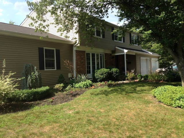 Enjoy the outdoors with large  4br home w/ firepit - Evesham Township - Huis