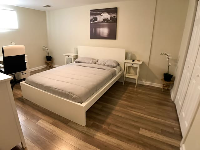 The White House- Private Bedroom with Queen Bed - Manassas - Rumah
