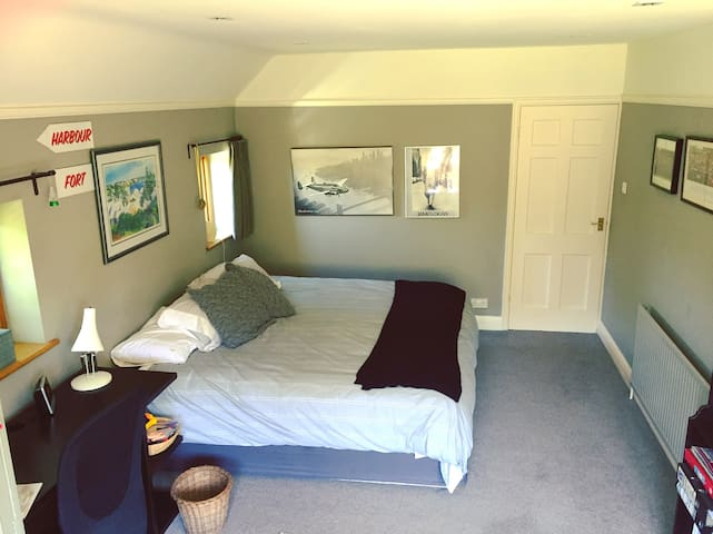 Large comfy room with country views - West Horsley - Hus