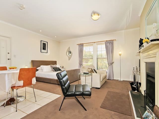 Contemporary Suite - Wine and Roses B and B - McLaren Vale - Bed & Breakfast