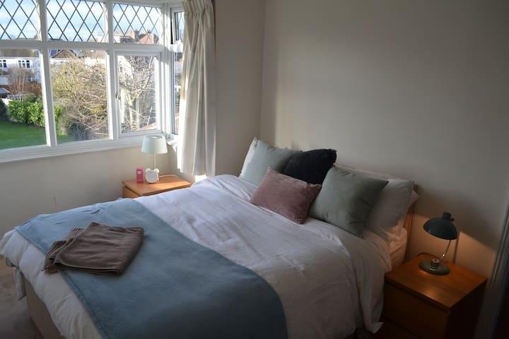 Double Bedroom - Cheltenham - Bed & Breakfast