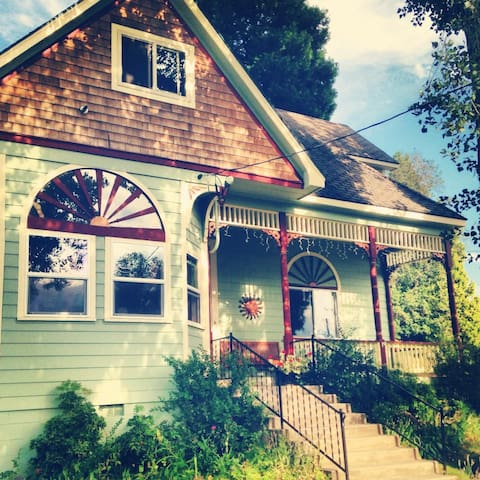 Classic Victorian, Giant Trees, Downtown Mt Shasta - Mount Shasta - Huis