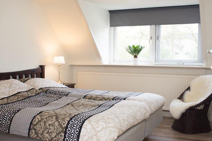 Geheel woonhuis aan de rand van Amsterdam - Amsterdam-Zuidoost - Ev