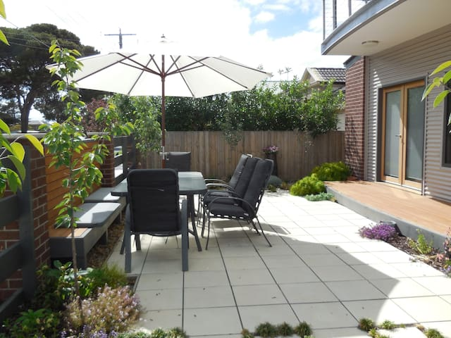 Privacy in lovely Rippleside   - North Geelong - Casa