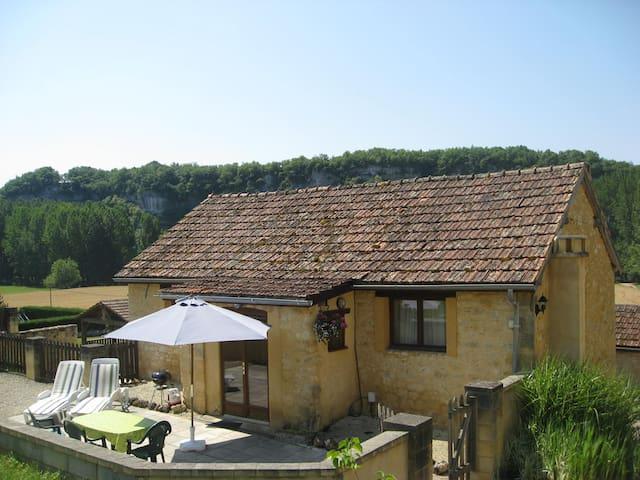 Spacious gite for 2, pool, fab view, private patio - Peyzac-le-Moustier - Dům