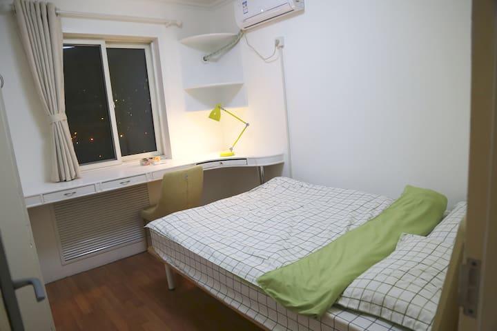 近奥森、鸟巢、亚运村、望京、5/13号线地铁站,有可爱猫咪的大床间wh - Pequim - Apartamento