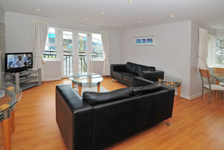 Luxuriously furnished Town Centre apartment (ec13) - Crawley - Leilighet