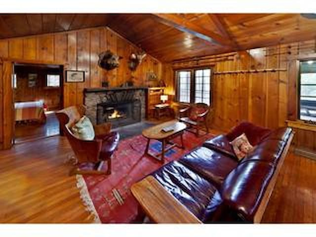 Creekside Knotty Pine 1930s Lodge o - Milford - Stuga