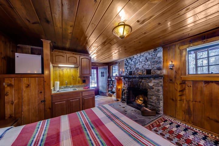 Knotty Pine Charming Cabin w/Stone  - Milford - Blockhütte
