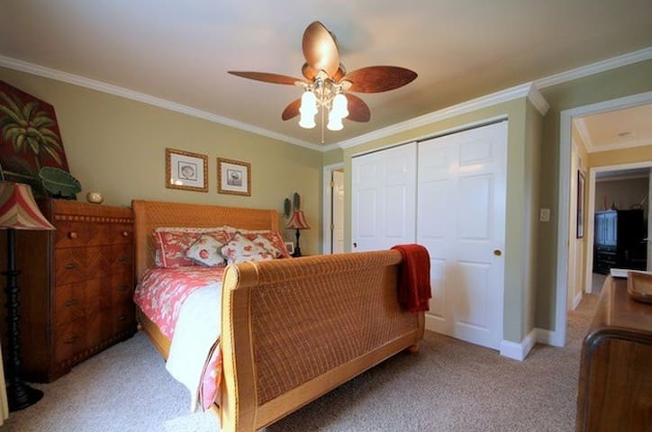 Spacious Room with Queen Bed and Attached Bathroom - Vernon Hills