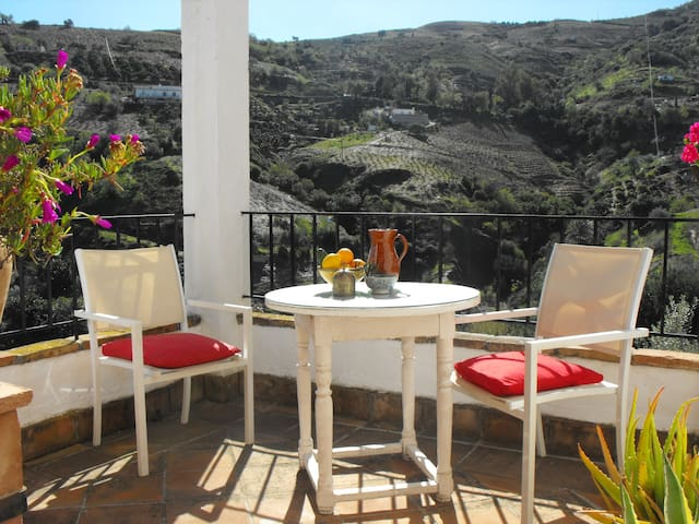 romantic cottage with great views - Cútar - Casa