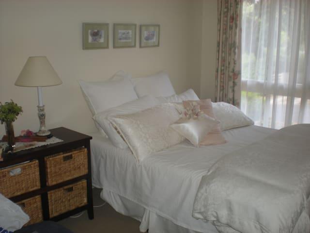 Small Home in a bush setting        - Diamond Creek - Bed & Breakfast